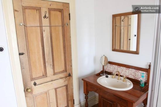 Clement House: Bathroom