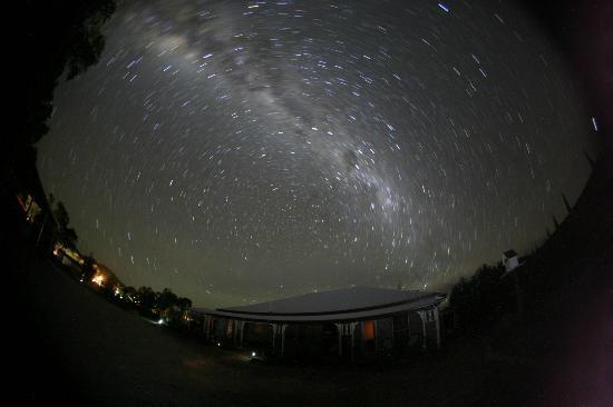 Twinstar Guesthouse & Observatory: Dark night sky above the Guesthouse