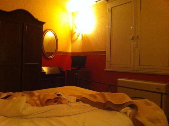 Trinita Dei Monti : armadi ammassati e finestra che non c'entra nulla con lo stile della camera.