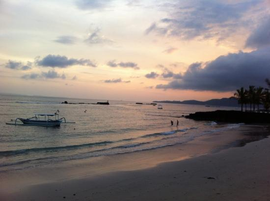 Nusa Indah Bungalows & Villa: sunset from Nusa Indah