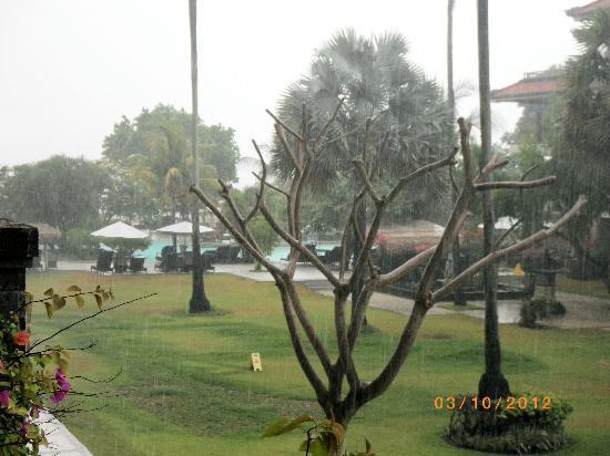 Peninsula Beach Resort Tanjung Benoa: Raining in paradise