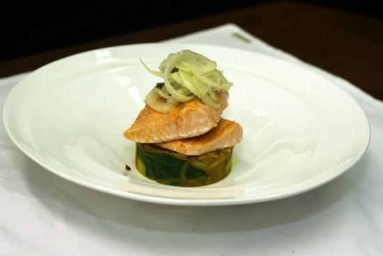 Palazzo Restaurant: Steamed fillet of salmon smoked paprika, saag aloo and crispy fennel salad