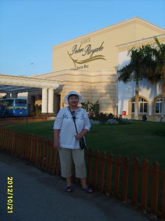 SENTIDO Palm Royale: Супруга около отеля
