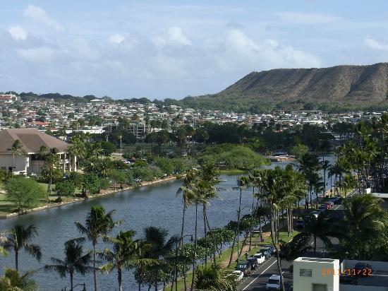 Waikiki Sand Villa Hotel: ダイアモンドヘッドのお尻部分が見えます
