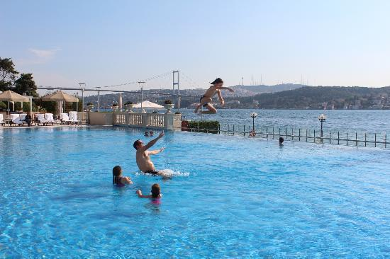 Ciragan Palace Kempinski Istanbul : The pool (swimming in Europe, overlooking Asia)