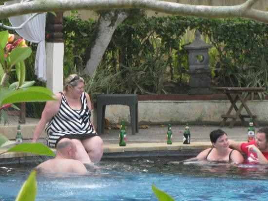 Medewi Bay Retreat: Occers with beers in the pool