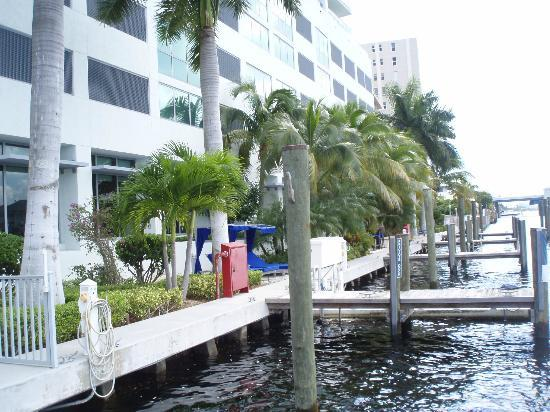 Residence Inn Fort Lauderdale Intracoastal/Il Lugano: Walk way at the back of the hotel