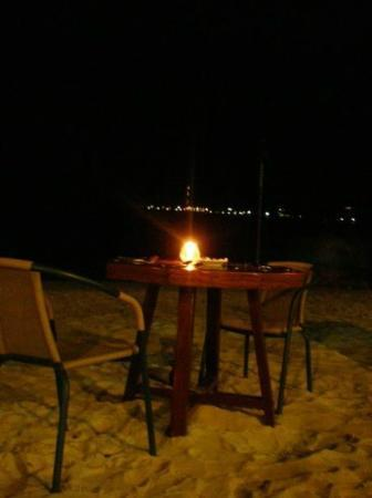 Plantation Island Resort : Tables in the sand!!
