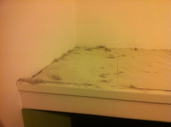Il Ghiro: dust on top of wardrobe