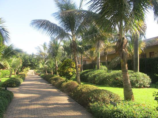 Munyonyo Commonwealth Resort: walk way to my resort