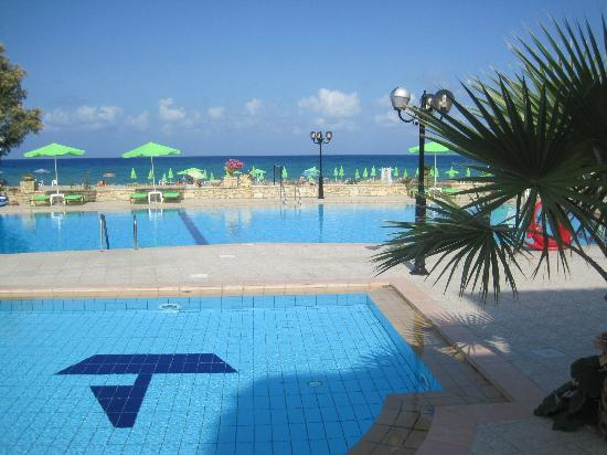 Golden Beach Hotel: pool area