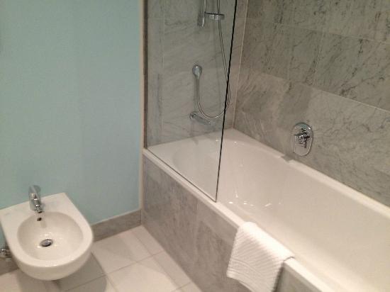 Badewanne Mit Dusche Integriert : Badewanne mit Dusche integriert – Picture of Hotel Nikko Dusseldorf