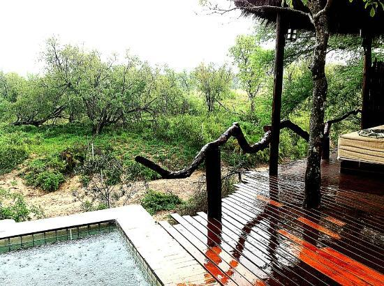 Simbambili Game Lodge: Not good weather, but great location!!!