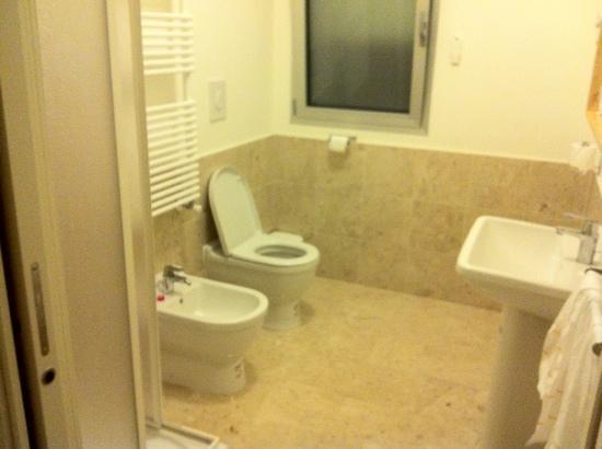 Daglingegneri Affittacamere: bagno con doccia.