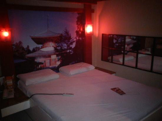 Hotel Sogo - EDSA, Guadalupe: Bed with nice wall design