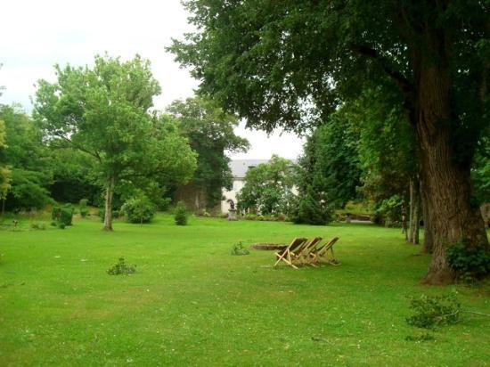 Chateau de Lamothe : a lovely view of the garden