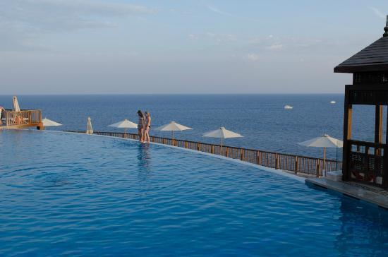 Reef Oasis Blue Bay Resort: Infinity Pool