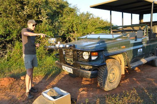 Sibuya Game Reserve: 4 -Star Luxury Tented Camps and Lodge: Sundowner beim Game Drive
