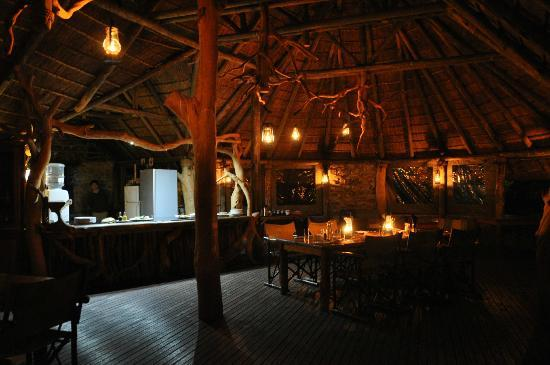 Sibuya Game Reserve: 4 -Star Luxury Tented Camps and Lodge: Abendessen im Forrest Camp