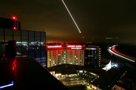 Steigenberger Airport Hotel Frankfurt: Steigenberger Airport Hotel by night