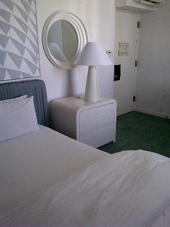 ‪‪Avalon Hotel Beverly Hills‬: Bedroom from one angle