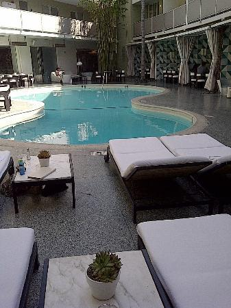 Avalon Hotel Beverly Hills: Pool area surrounded by bungalows