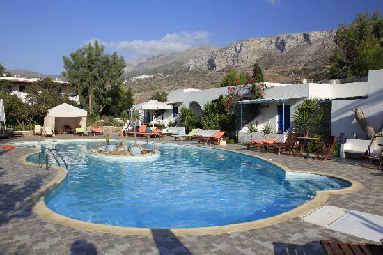 Lakki Village: zwembad met de ruige bergen op de achtergrond