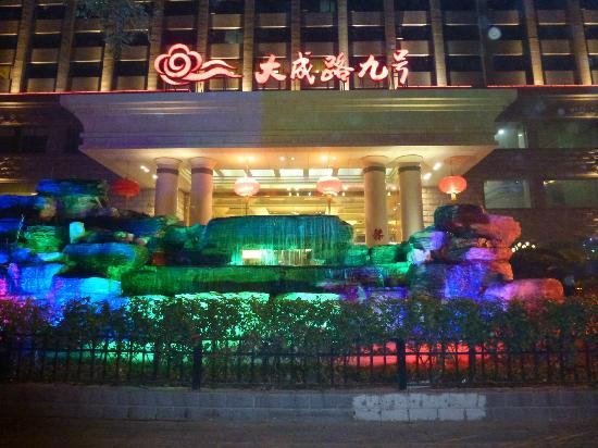 No.9 Dacheng Road Hotel: Hotel at night