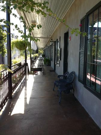 Crescent Quarters Inn: Balcony outside all the rooms