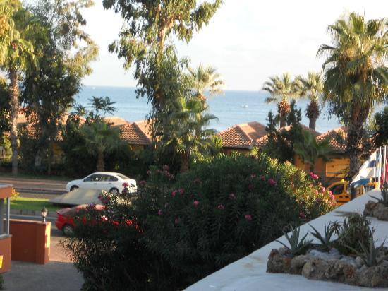 Boulevard Hotel : Vy från balkongen ut mot gatan och stranden