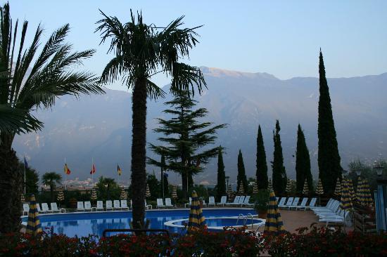 Hotel Caravel: am Swimmingpool vorbei auf die andere Seite des Sees