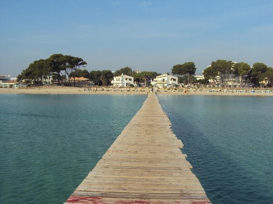 جروبوتيل ألكوديا سويت: la plage d'alcudia, sa passerelle, et sa mer peu profonde 