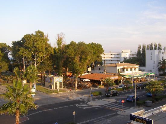 Grupotel Alcudia Suite: le boulevard en prololongement de l'hôtel