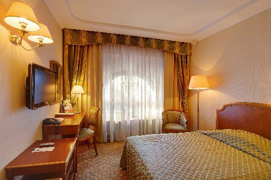 Hotel Oreanda: Premier Single