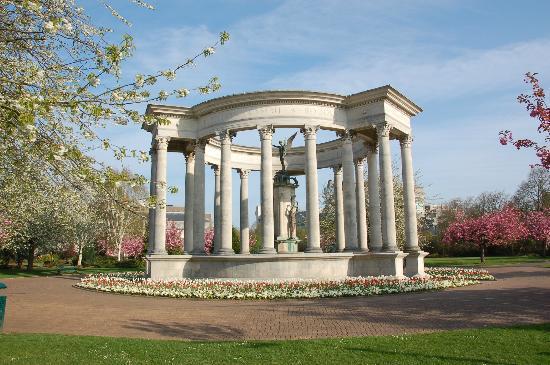 Cathays Park: ウェールズ国立戦争メモリアル碑と白とピンクの八重桜の競演