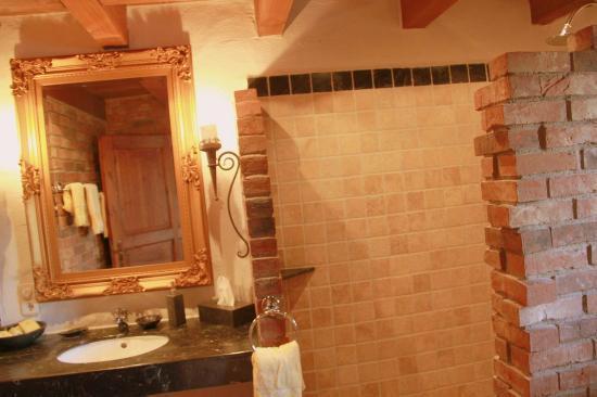 Hotel Romantiklandhaus Hazienda: Bad mit Dusche bodeneben und Antikmarmor