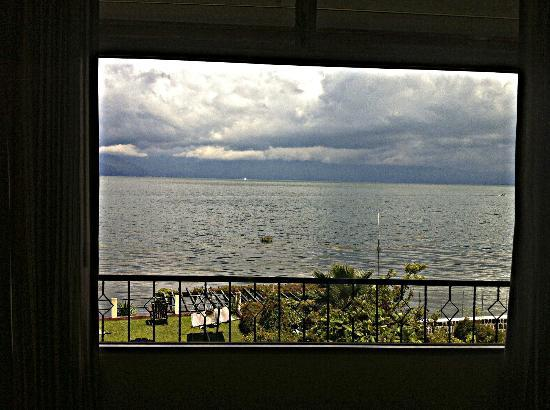 Hotel Sakcari: Picture window with a great view of the lake.