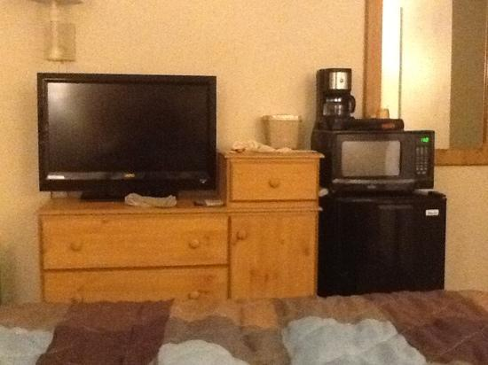 Cold Creek Inn: Good size LCD TV, mini fridge, microwave, and coffee maler