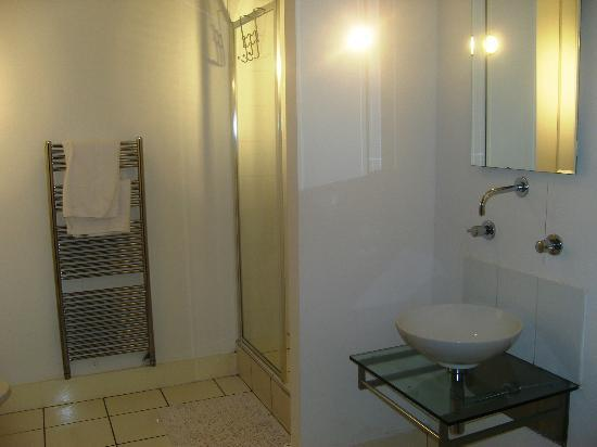 Iida Apartments: bathroom