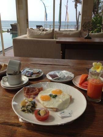 Pandawa Beach Villas & Spa: breakfast. served in shared dinning room