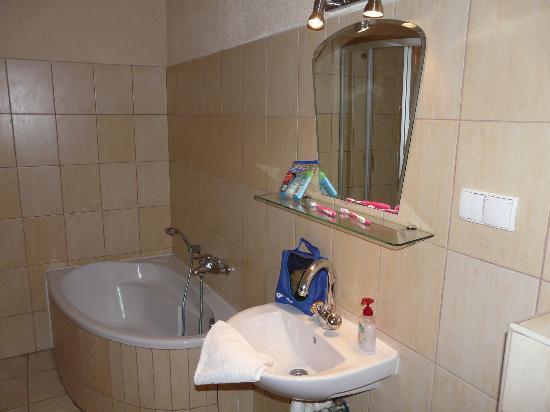 P & J Apartments: BATHROOM