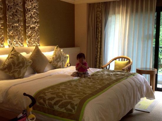 Shangri-La's Rasa Sentosa Resort & Spa: Nice bedroom with balcony