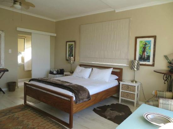 Dolphin Inn Guesthouse, Mouille Point: room