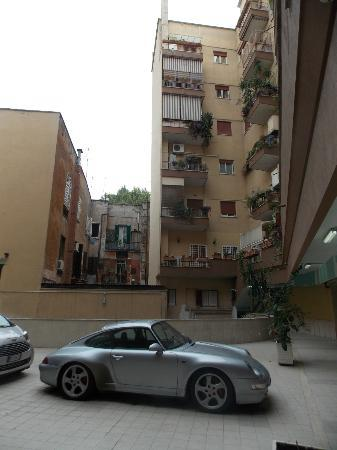 B&B Zen Trastevere: car park/ entrance to building