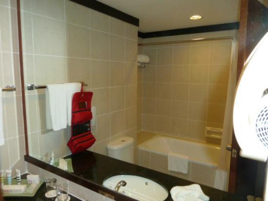 Grand Mercure Singapore Roxy: Das Badezimmer, der Duschkopf kommt noch aus der Wand, wie altertümlich ist das denn?