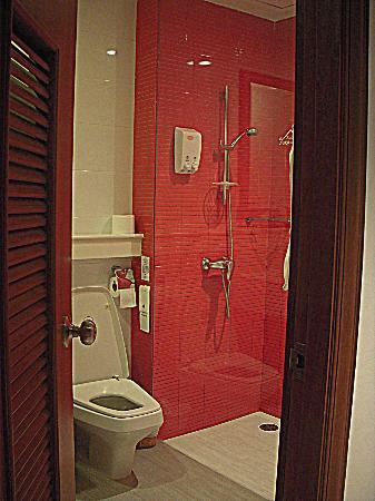 Baan Sukhumvit Inn Soi 18: spacious and very clean bathroom