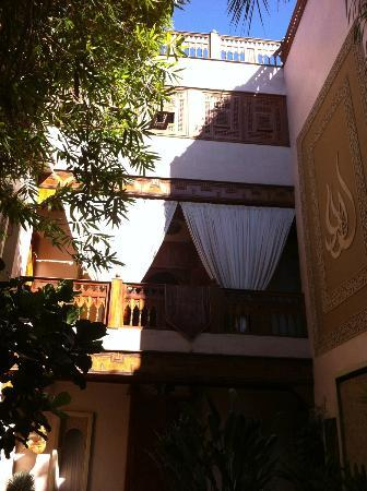 Riad Flam: View of the road rooms