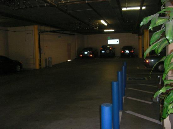 Holiday Inn Express West Los Angeles: Parking del hotel.