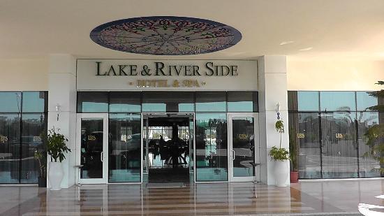 Lake & River Side Hotel & SPA: главный вход в отель