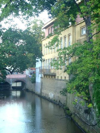 Kampa Garden: Вид на отель со стороны реки